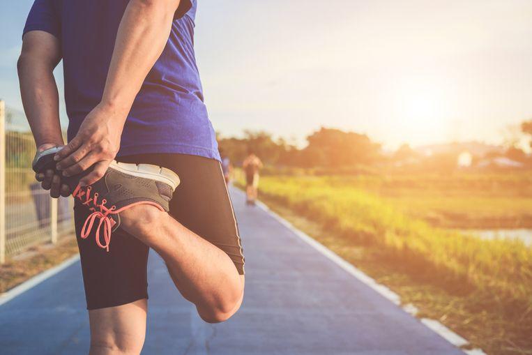 Op internet zijn allerlei ervaringsverhalen te vinden van mensen die de marathon (42,2 kilometer) liepen zonder training en ook nog in een respectabele tijd. Sommigen laten het klinken als een eitje, anderen geven toe dat ze door ademhalingsproblemen, kramp of gevoelloze benen heen moesten rennen. Uiteindelijk strompelden ze wel de finishlijn over, dus ja, het kan. Maar moet je het ook willen?