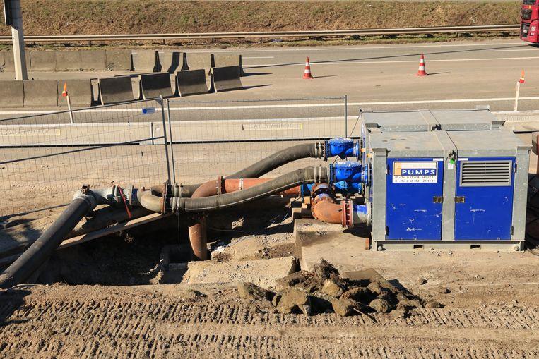Er zijn tijdelijk zware noodpompen voorzien zodat de tunnel niet kan onderlopen.