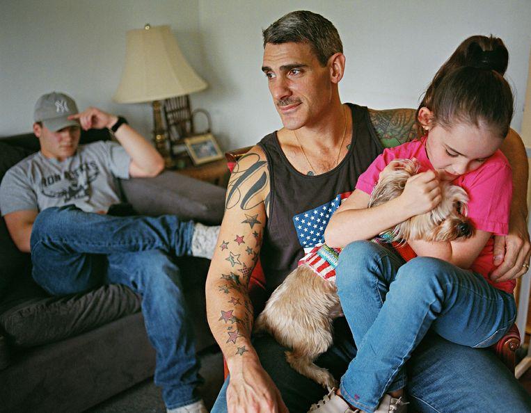 Johnny met zijn man en kinderen, Totowa, New Jersey, VS.  Beeld Bart Heynen