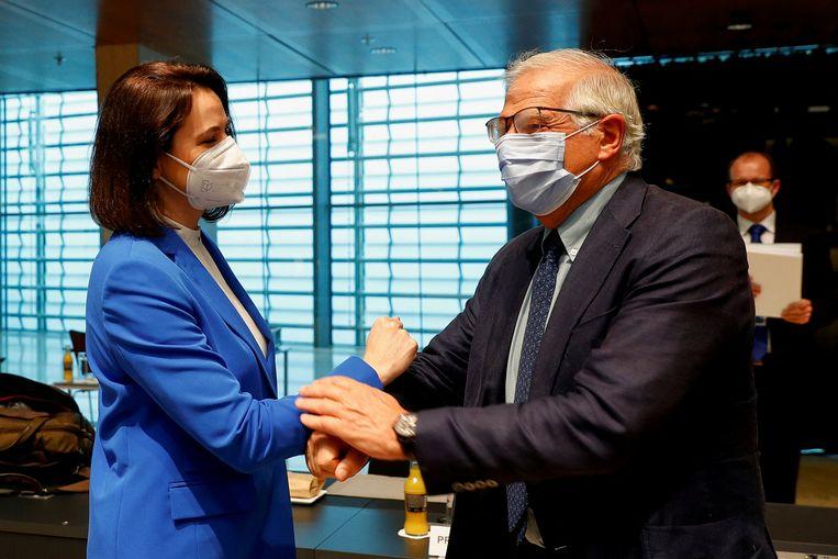 EU-buitenlandcoördinator Josep Borrell (rechts) begroet de Wit-Russische oppositieleider Svetlana Tichanovskaya die maandag in Luxemburg te gast was bij de EU-ministers van buitenlandse zaken.  Beeld AFP