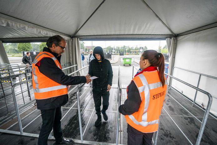 Ingangscontrole bij de opening van de megakermis bij Geldedome in Arnhem. Regen was toen reden om een capuchon te dragen maar dat wordt niet meer geaccepteerd na enkele incidenten met de jeugd in de avond.