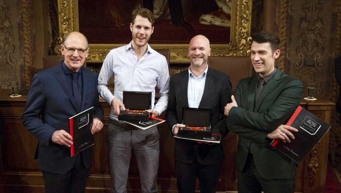 De Nederlandse winnaars samen met de presenatoren tijdens het Groot Dictee der Nederlandse Taal in de Vergaderzaal van de Eerste Kamer.