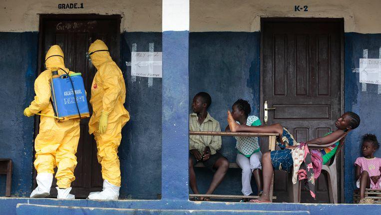 November 2014: artsen desinfecteren een huis in Liberia Beeld AP