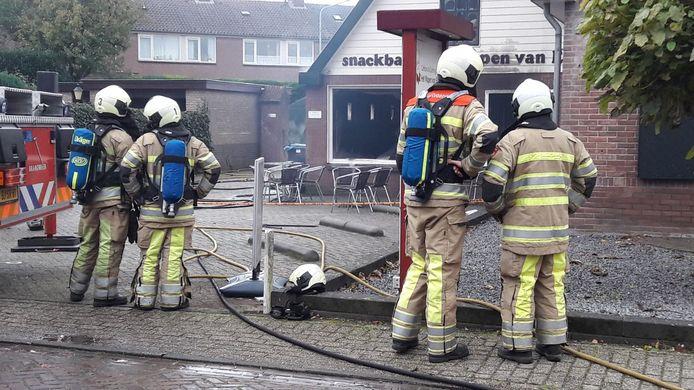 De brandweer bij de uitgebrande snackbar in Elst.