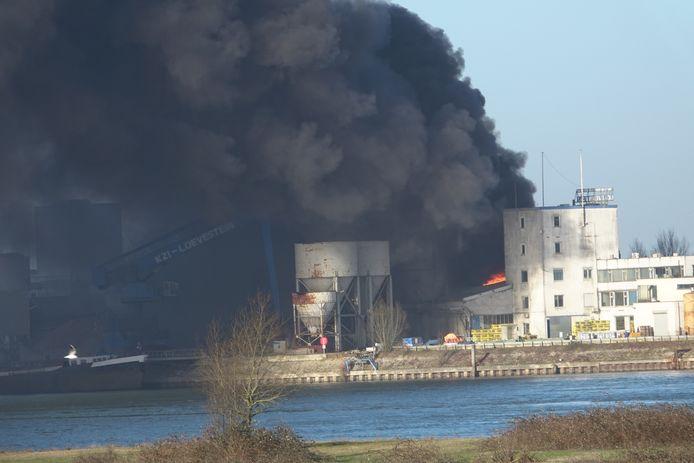 De rook van de grote brand in Vuren trekt richting Brakel.