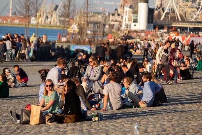 De Bruxelles à Anvers, et dans tout le pays en général, les Belges se sont rués à l'extérieur avec souvent pour conséquence des rassemblements sans respect des mesures sanitaires
