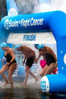 Zwemtocht in Stroombroek levert ruim 3 ton op in strijd tegen kanker