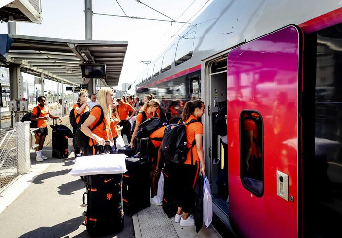 De spelers van het Nederlandse vrouwenvoetbalelftal stappen in de trein richting Valenciennes waar de kwartfinale van het WK wordt gespeeld.