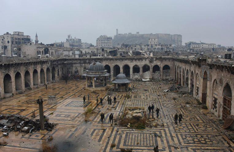 Syrische troepen in de vernielde grote moskee van Aleppo. Beeld AP