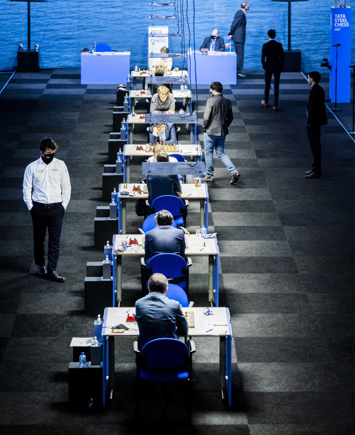 Magnus Carlsen maakt een rondje langs de speeltafels.