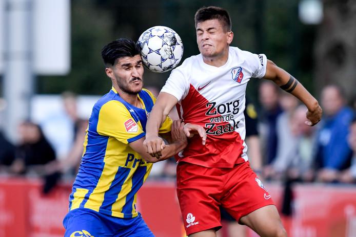 Cihat Celik (links) in duel met Gabriel Culhaci van Jong FC Utrecht.