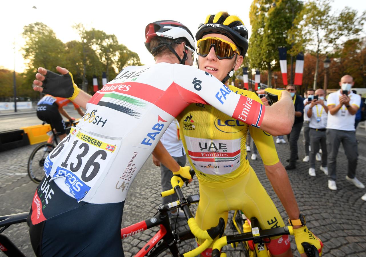 Pogacar wordt aan de finish gefeliciteerd door ploeggenoot Vegard Stake Laengen.