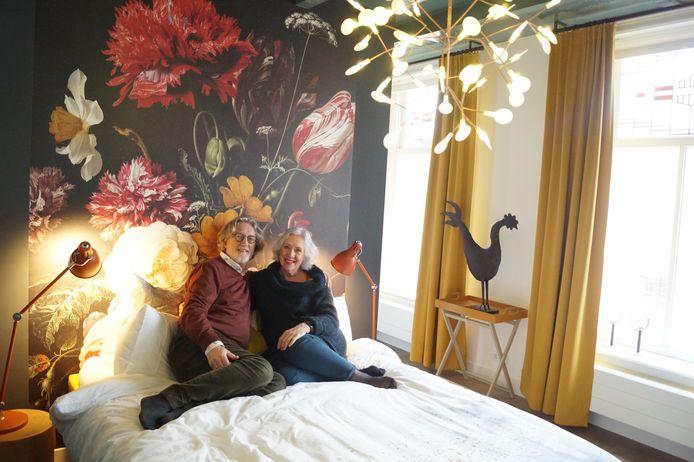 Koos en Marleen van Rijn in de kamer Hare Majesteit van hun B&B Logeren bij de burgemeester in Stad aan 't Haringvliet. Deze kamer was in de vroegere burgemeesterswoning bestemd voor de koningin.