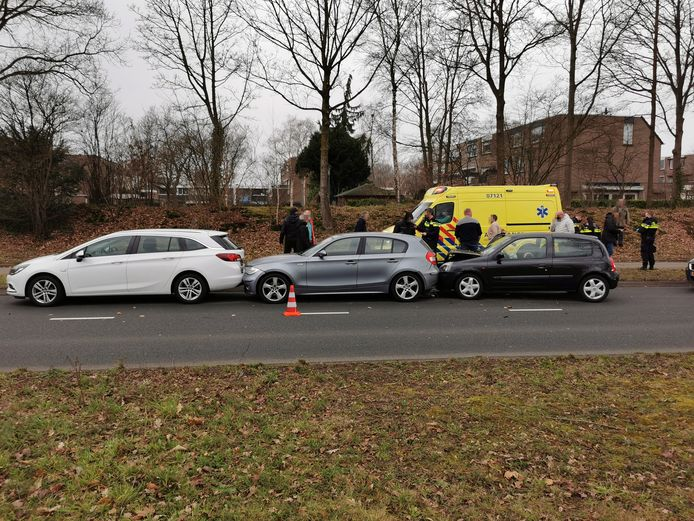 Drie auto's kwamen met elkaar in botsing in Ede.