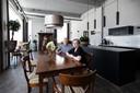 Wil en Gerri Holthuizen in hun appartement in het voormalige Twekagebouw.