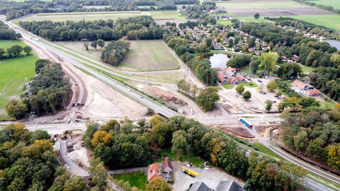 Dronefoto van de rotondes  in de Balkerweg aan weerszijden van het viaduct in de N48, die worden aangelegd als aansluiting op de op- en afritten voor de N48. Wereldrestaurant De Lindenberg is rechts te zien op deze foto.