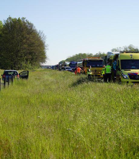Auto raakt van de A50 bij Ewijk en eindigt op zijkant in de berm