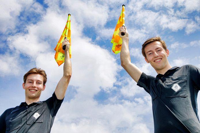 """Luc (links) en Jari de Koning. ,,We wonen meerdere keren per jaar een bijeenkomst bij in Zeist waar we de FIFA-test lopen en een spelregeltoets maken."""""""
