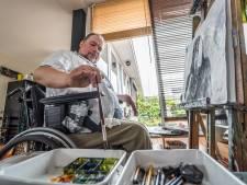 Rolstoelgebonden Ymir exposeert 'quarantainekunst' in de Dorpsstraat: 'Als ik niet kan schilderen, wil ik niet leven'