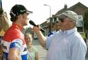 Kees Korstanje in actie tijdens een wedstrijd in 's-Heerenhoek. Hij interviewt hier Johnny van der Klooster.