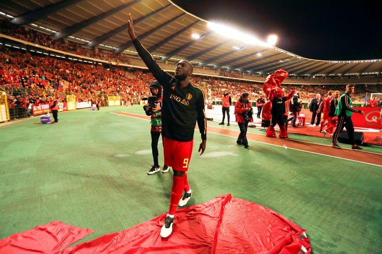 Romelu Lukaku groet het publiek.