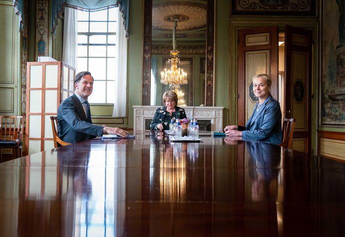Mark Rutte (VVD) en Sigrid Kaag (D66, rechts) in gesprek met Mariëtte Hamer (midden)