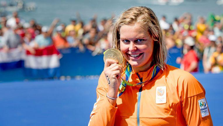Sharon van Rouwendaal met de gouden medaille voor de 10 km openwaterzwemmen tijdens de Olympische Spelen van Rio. Beeld anp