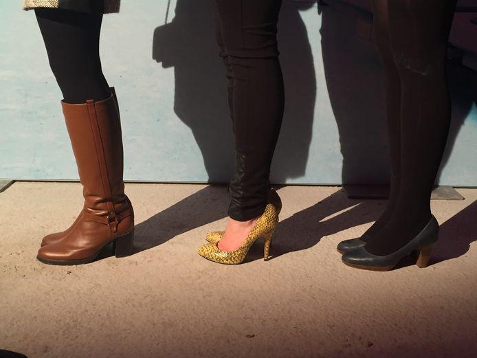 Resultaat: Sophie (links) ruilde binnen het uur haar dunne hakjes al in voor comfortabele laarzen. Tine (midden) en Nina (rechts) zijn meer te spreken over hun trucjes.