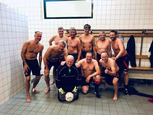 Gerrit Bannink, op de foto met zijn 45+ teamgenoten. Eindelijk hield hij de nul, na tien seizoenen doelpuntenregen.