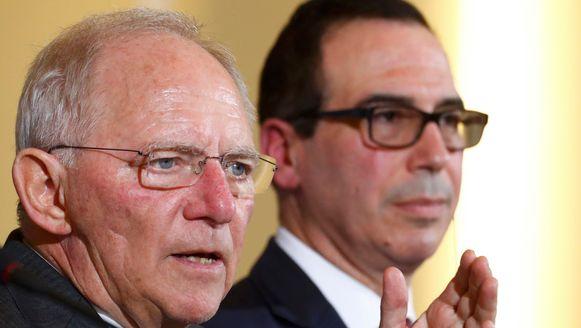 De Amerikaanse minister van Financien Steve Munchin en zijn Duitse ambtsgenoot Wolfgang Schaeuble in Berlijn.