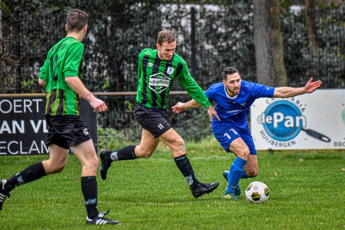 WVV'67-verdediger Quirijn Schevenhoven (links) houdt Vivoo-speler Dimitri Ceuppens van de bal.