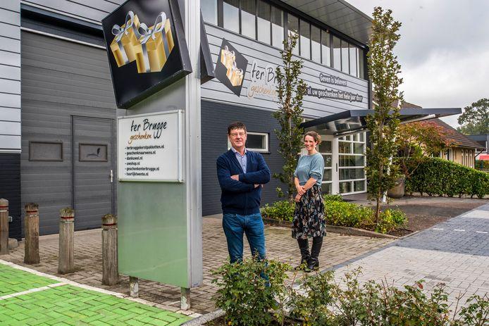 Ton ter Brugge en Wendy Kroeze-Ter Brugge voor het vorig jaar in gebruik genomen nieuwe bedrijfspand.