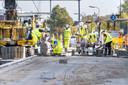 Het is een drukte van belang bij de aanpassingen aan een perron op station Gorinchem. Een van de klussen die al wel klaar zijn.