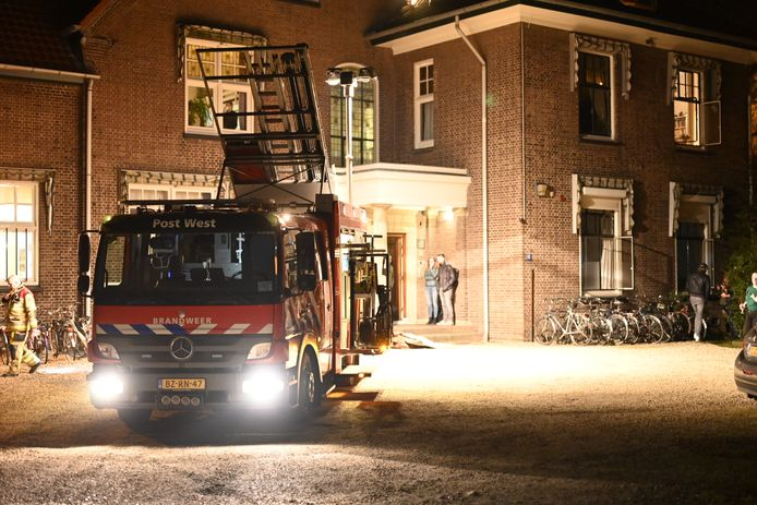 De bewoners moesten buiten het studentenhuis in de Dennenstraat in Nijmegen wachten tot de brandweer binnen klaar was.