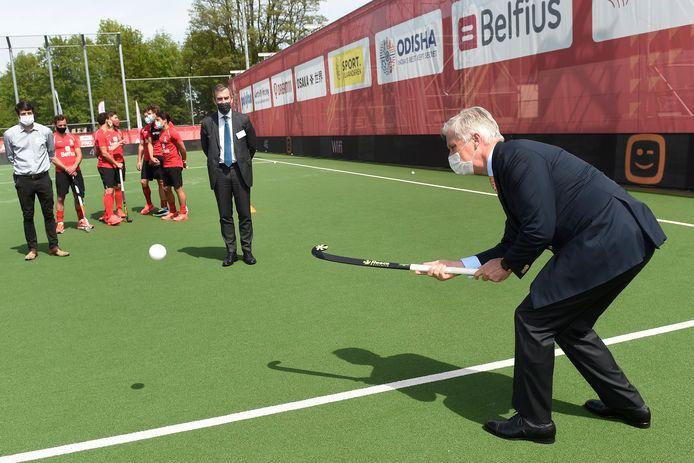 Koning Filip aan het werk met z'n hockeystick.