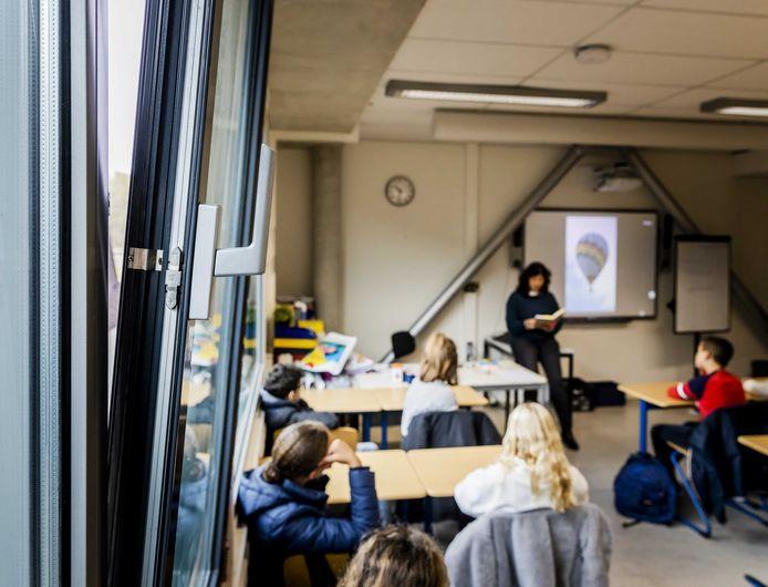 Sinds corona wordt op veel scholen les gegeven met de ramen op, omdat de ventilatie niet voldoet.
