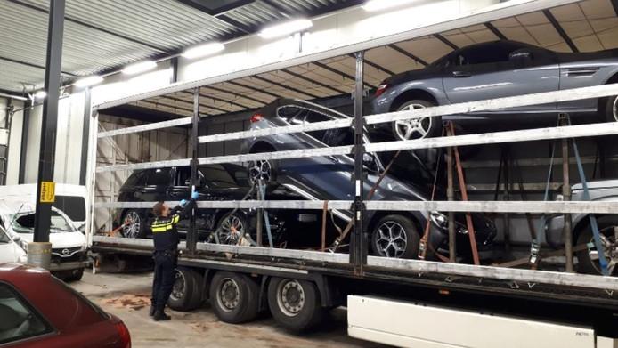 Vier gestolen auto's werden in een oplegger vervoerd.