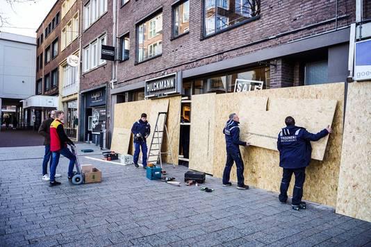 Een Nijmeegse ondernemer timmert zijn zaak dicht uit angst voor eventuele rellen.
