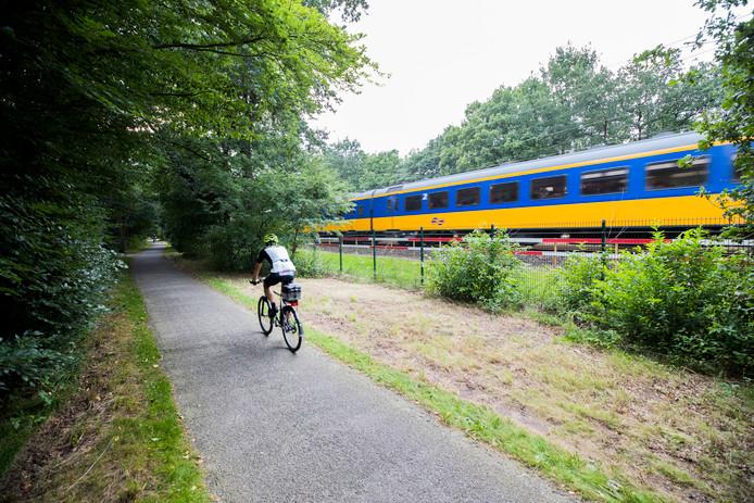 Het fietspad langs het spoor bij Den Dolder.