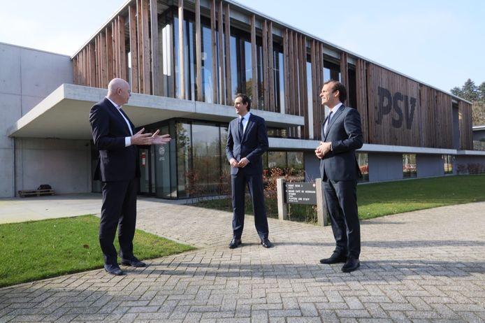 PSV-directeur Toon Gerbrands, CDA-lijsttrekker Wopke Hoekstra en de Eindhovense CDA-wethouder Stijn Steenbakkers (vlnr) op de Herdgang