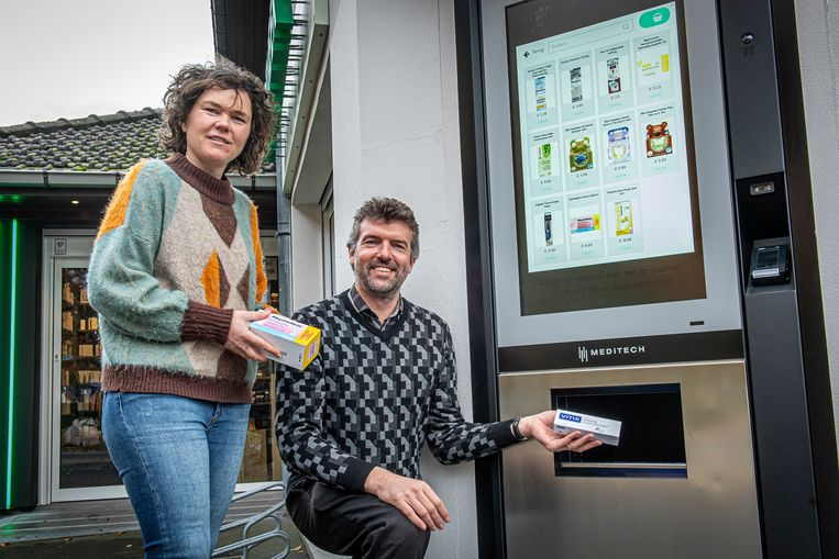 Joke Lecluyse en Staf Loncke van Apotheek Loncke bij hun automaat.