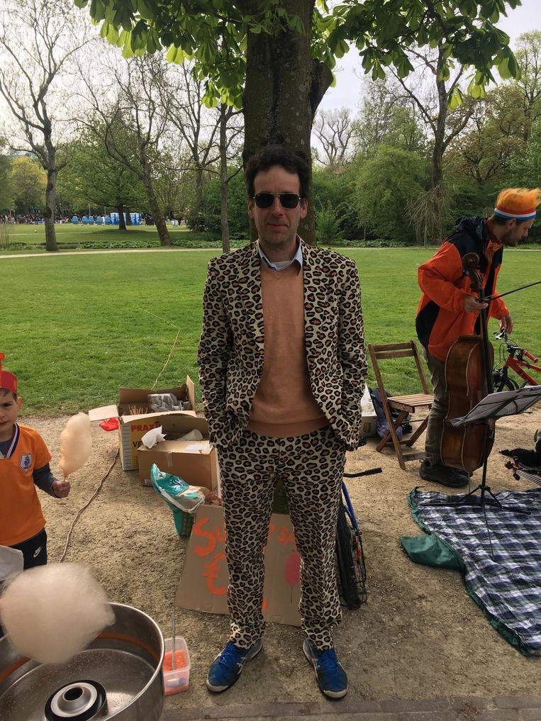 Tom verkoopt oranje suikerspinnen Beeld Melle Bos