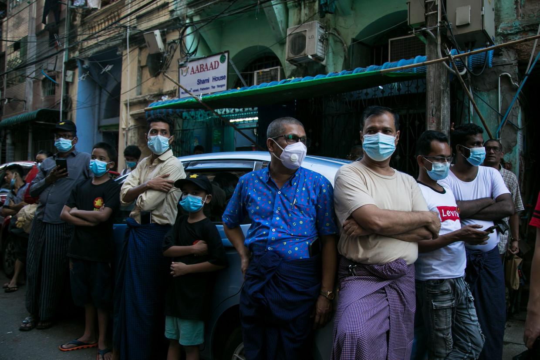 Aanhangers van de Democratische Partij (DPNS) wonen in Yangon een verkiezingsbijeenkomst bij. Beeld ai Aung Main / AFP