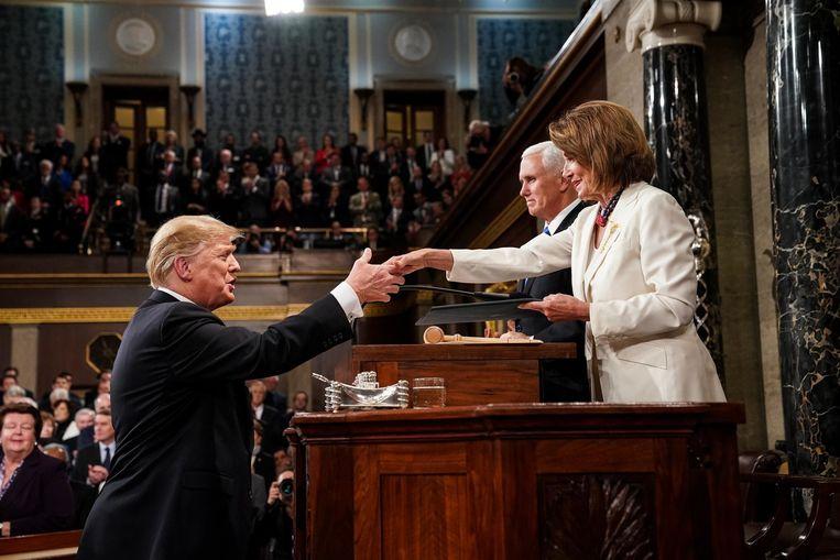 Donald Trump begroet de voorzitster van het Huis van Afgevaardigden Nancy Pelosi en vicepresident Mike Pence in het Capitool.  Beeld Photo News
