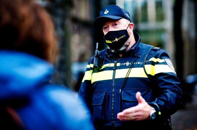 Politie en handhavers gaan streng controleren of de coronamaatregelen nageleefd worden in de Achterhoek. Foto ter illustratie.