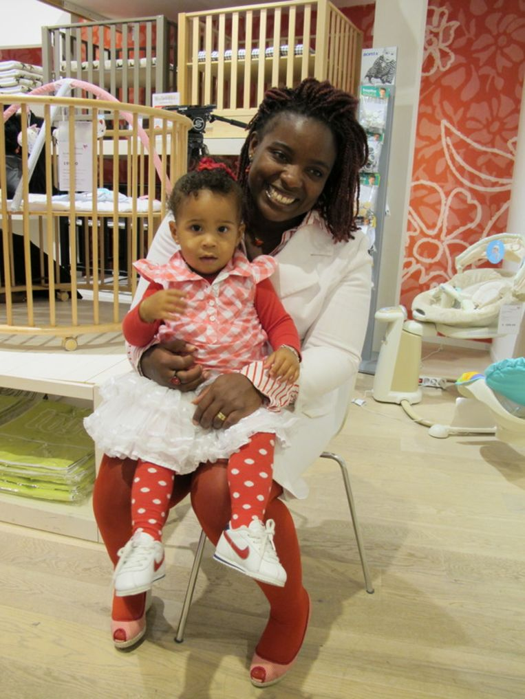 Gerda's dochter Zulema en haar Maiza, het meisje dat Gerda oma maakte. <br /> Beeld