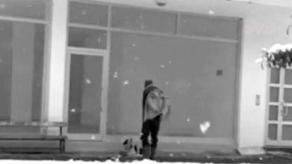 Held geeft jas aan zwerfhond tijdens sneeuwstorm