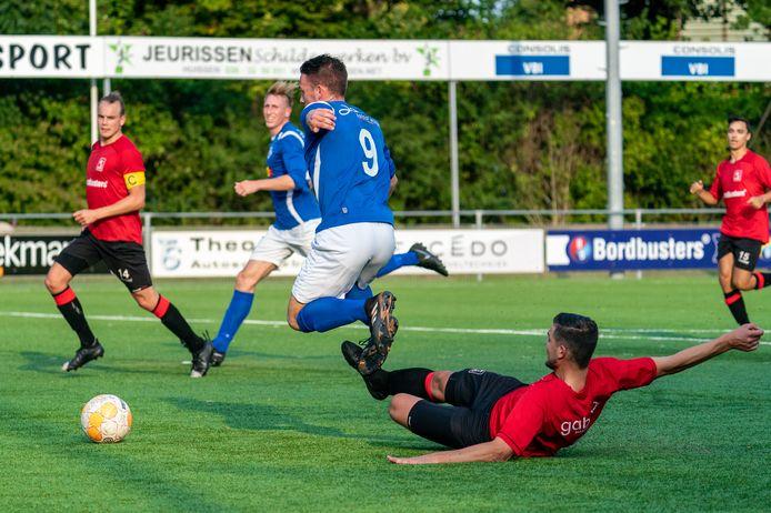 Martijn Derksen (liggend) speelt komend seizoen opnieuw in het shirt van AVW'66.