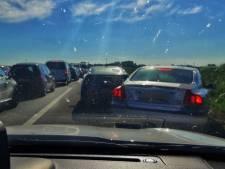 Tientallen auto's op de vluchtstrook blokkeren hulpverleners die met spoed op weg zijn naar ongeval