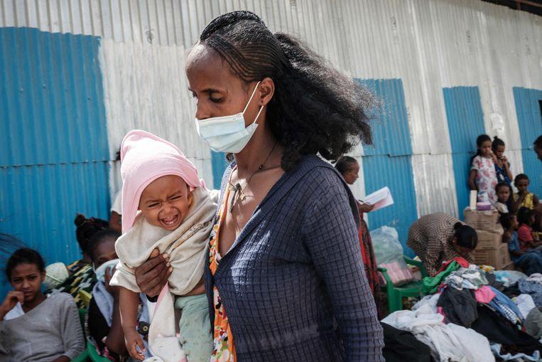 Een gevluchte vrouw bij een opvangcentrum in hoofdstad Mekelle. Beeld AFP